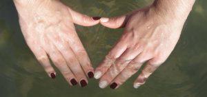 retrait facile sans dissolvant mains dans l'eau immersion